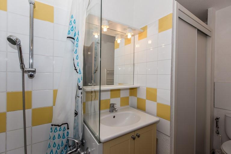 salle de bains appartement 5 personnes. Black Bedroom Furniture Sets. Home Design Ideas